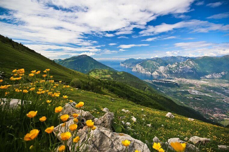Giugno in Trentino: panorama dal monte Creino con vista del lago di Garda